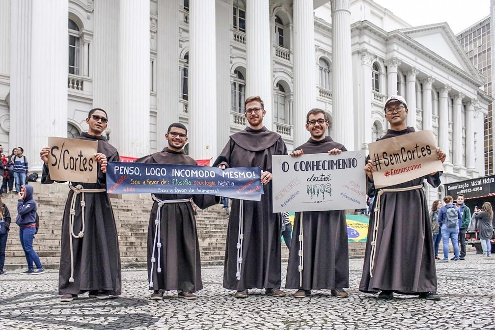 Curitiba - Freis da ordem franciscana participam de protesto contra cortes na Educação, na Praça Santos Andrade — Foto: Eduardo Matysiak/Futura Press/Estadão Conteúdo
