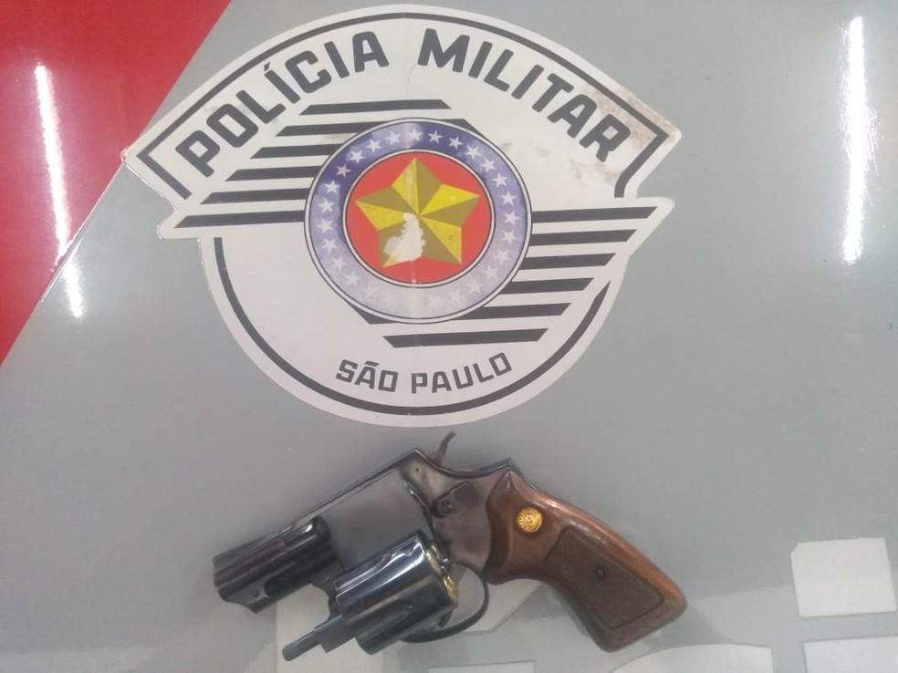 Arma foi apreendida com a suspeita, esposa do ex-marido da vítima; crime ocorreu na frente da Santa Casa de Bariri — Foto: Polícia Militar/Divulgação