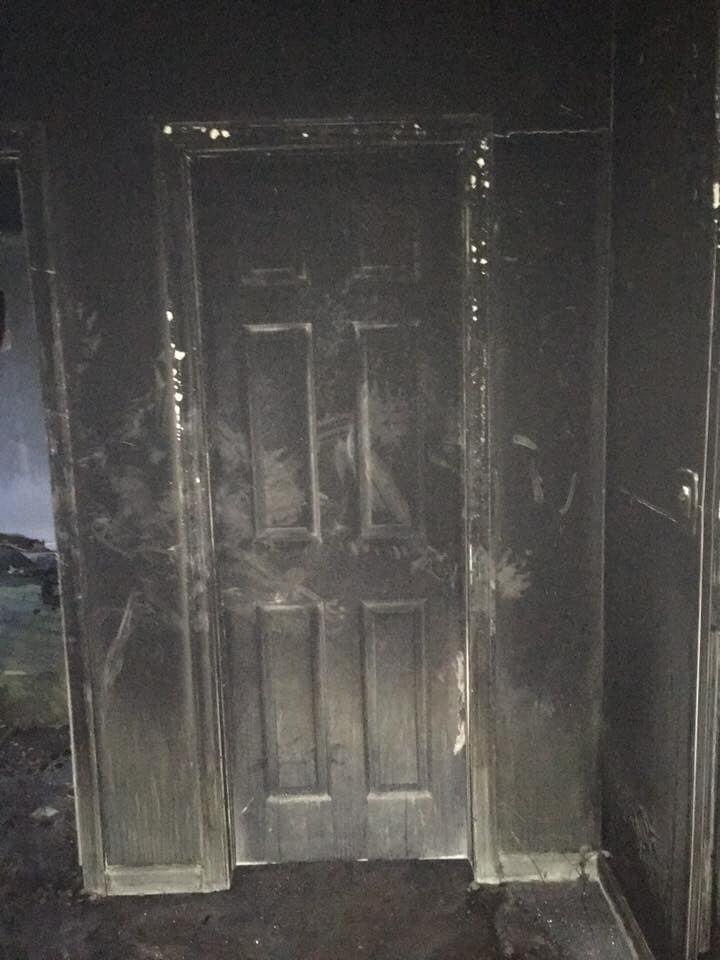 Frente da porta de um quarto exposta ao incêndio (Foto: Town Of New Fairfield's Fire Marshal's Office/Facebook)