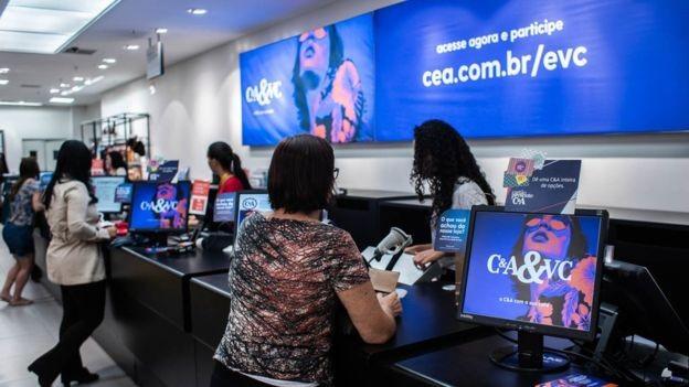 Com centenas de lojas no Brasil, a C&A se prepara para contratar trabalhadores temporários (Foto: RAFA NEDDERMEYER via BBC News Brasil)