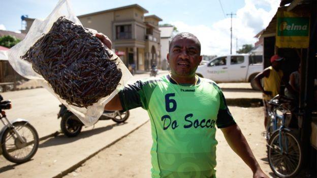No mercado paralelo, que funciona no meio da rua em Madagascar, o valor do quilo da baunilha pode superar R$ 3 mil (Foto: BBC)