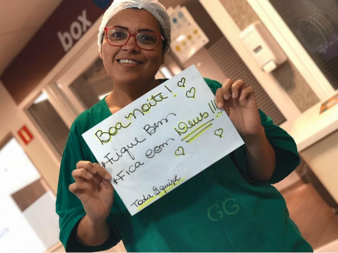 Equipe de enfermagem faz cartazes de carinho para pacientes de covid-19, no ES