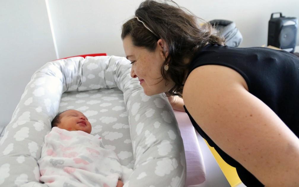 Luciares e a filha, Mariana, nascida no mesmo dia de Joaquim, filho da irmã dela — Foto: Aldo Carneiro/Pernambuco Press