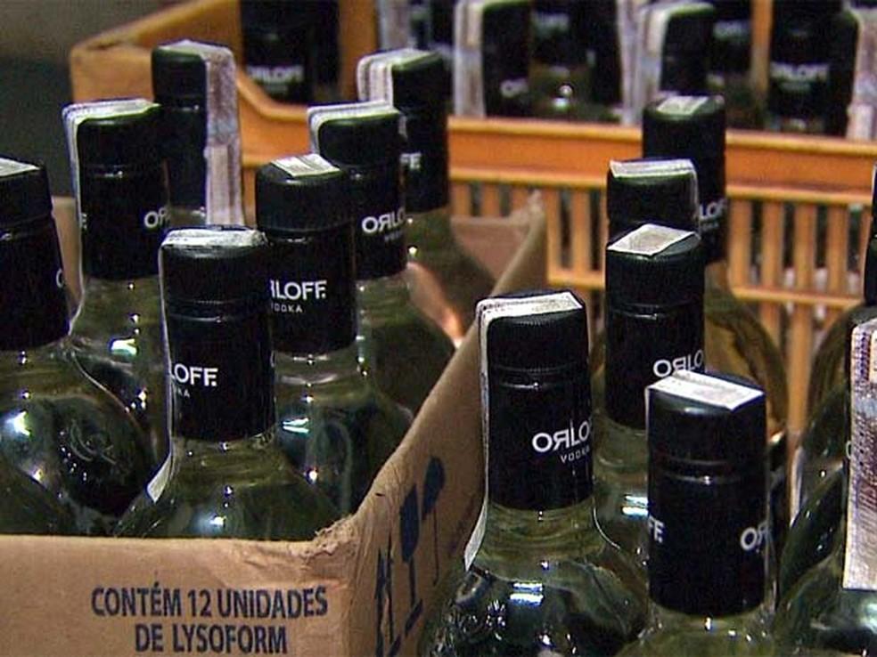 Garrafas de vodca falsificadas (Foto: EPTV/Reprodução)