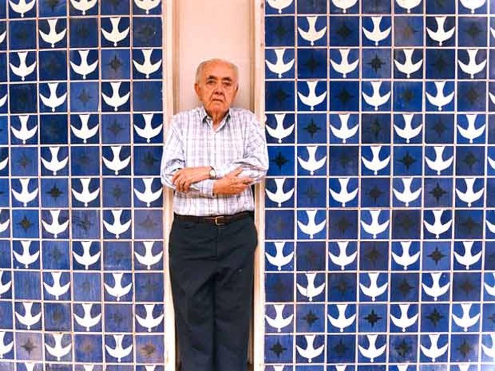 O arquiteto Athos Bulcão em frente ao painel da igrejinha de Nossa Senhora de Fátima em Brasília. Há 20 anos ele inspirou um grupo de admiradores a criar uma fundação para divulgar suas obras — Foto: Acervo Athos Bulcão/Divulgação