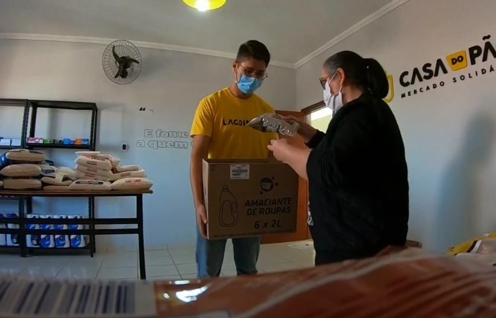 Moradores podem doar alimentos e produtos de higiene à Casa do Pão em Tatuí — Foto: TV TEM/Reprodução