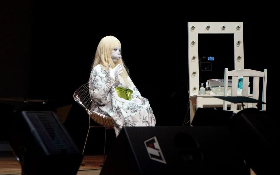 """Peça """"Black off"""" interpretada pela atriz sul-africana Ntando Cele durante a 18º edição do Cena Contemporânea, em imagem de arquivo — Foto: Luiza Garonce/G1"""