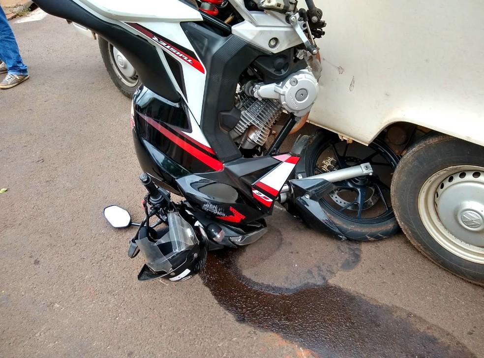 Moto ficou presa pela roda dianteira e parte do combustível escorreu pelo asfalto — Foto: Arquivo pessoal