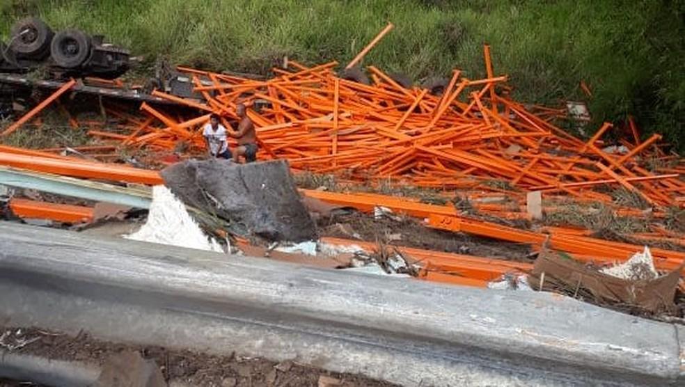 Três pessoas ficaram feridas durante o acidente em Itabela — Foto: Radar 64