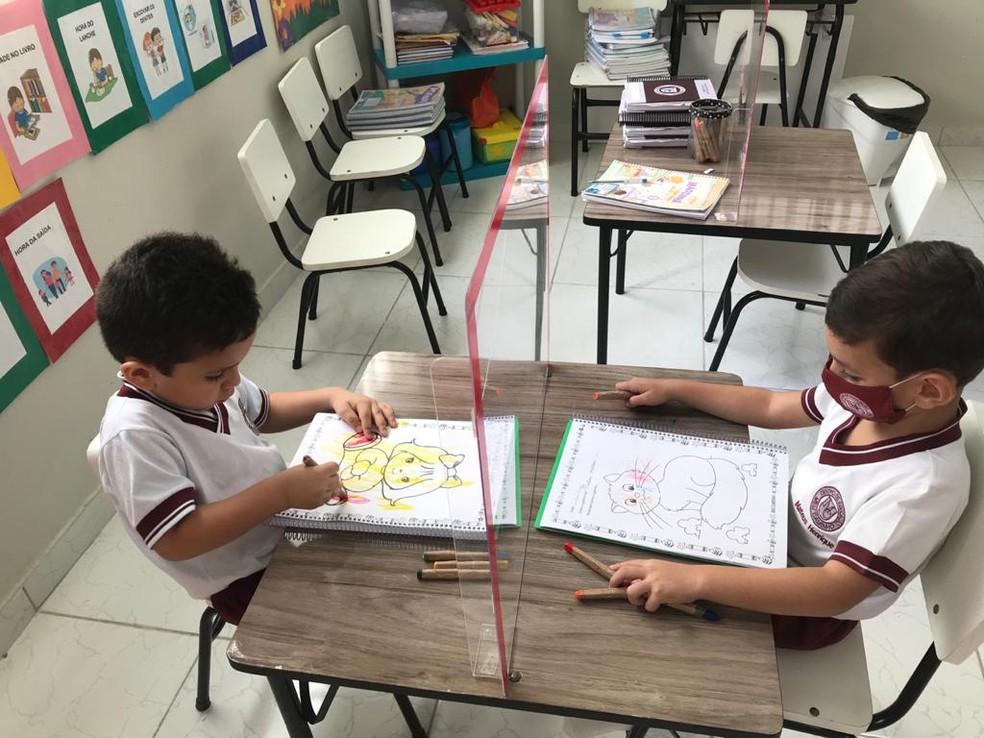 Volta às aulas presenciais em Manaus: escola instalou divisórias de acrílico nas mesas para evitar a transmissão do coronavírus — Foto: Arquivo Pessoal
