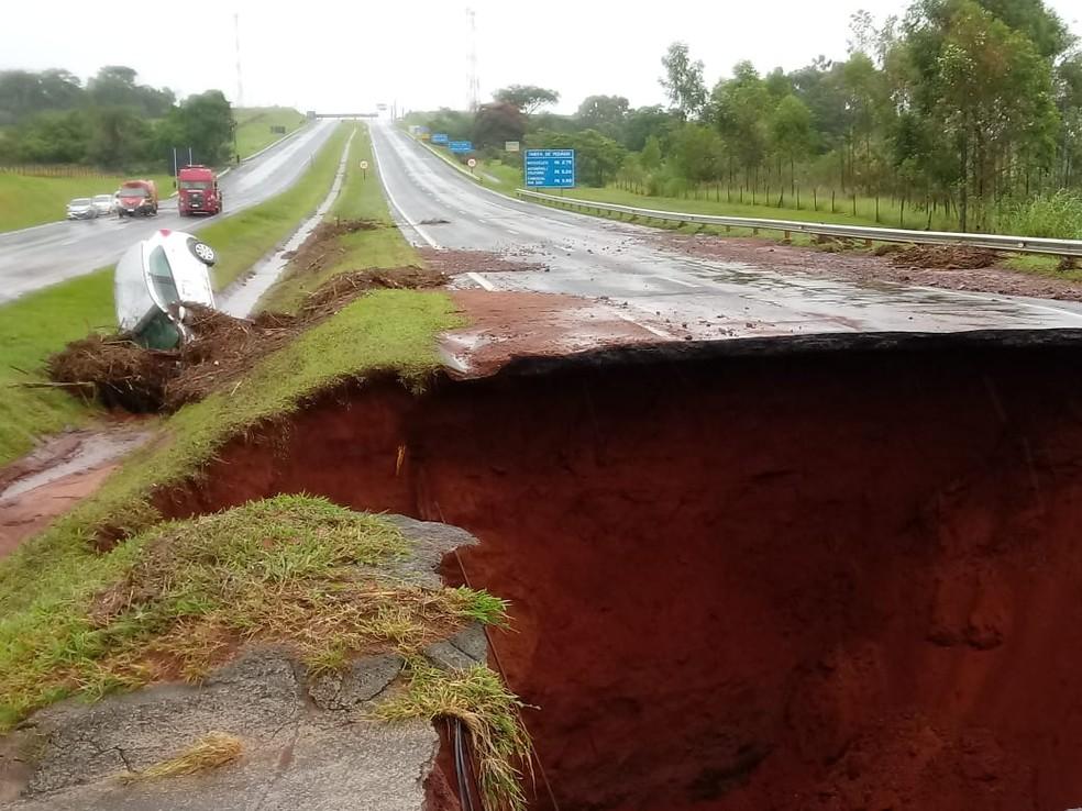 Em Botucatu, um caminhão também caiu em uma cratera aberta na Rodovia Marechal Rondon (SP-300), na segunda-feira (10) — Foto: Arquivo pessoal