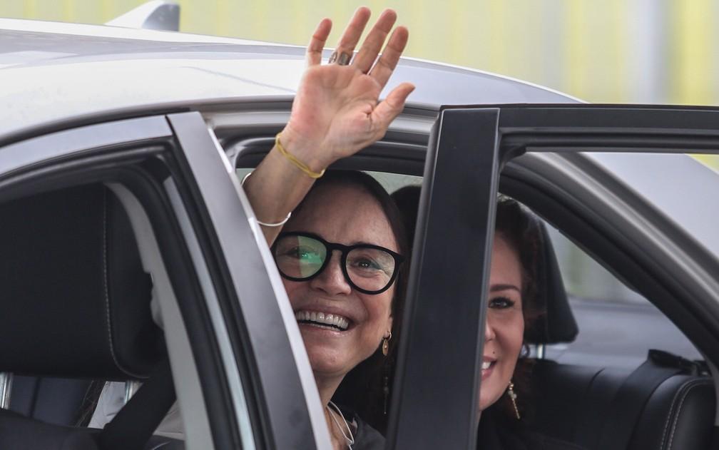 A atriz Regina Duarte acena após deixar o Palácio da Alvorada, em Brasília, nesta quarta (20) — Foto: Gabriela Biló/Estadão Conteúdo