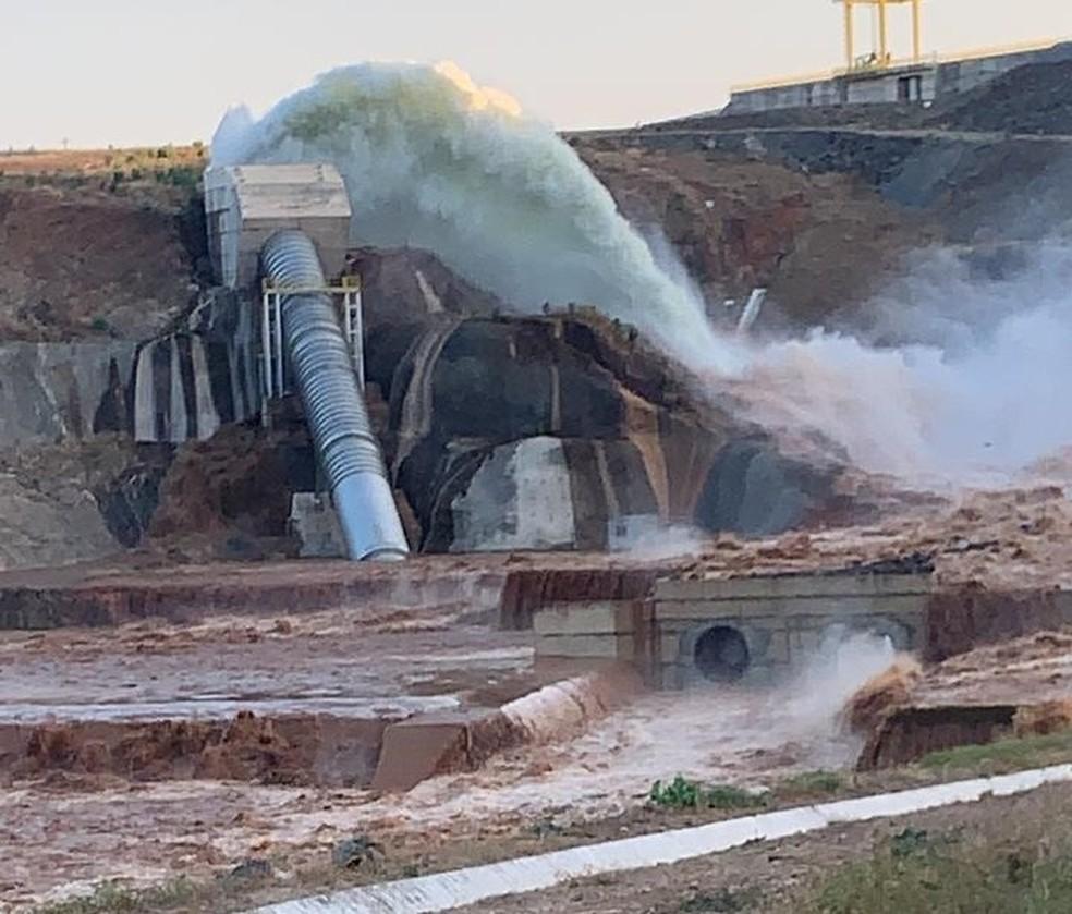 Tubulação da barragem do Jati rompeu na tarde de sexta-feira (21) — Foto: Darlene Barbosa/SVM