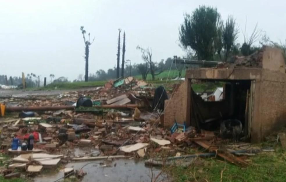 Água Santa, no Norte do Rio Grande do Sul, teve casas destruídas pelo temporal (Foto: Reprodução/RBS TV)