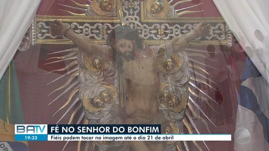 Fieis e religiosos podem tocar na imagem do Senhor do Bonfim até o dia 21 de abril