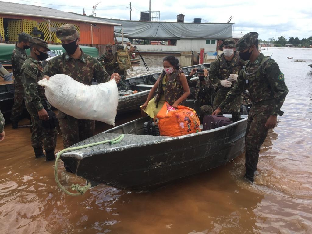 Forças Armadas ajudam população que sofre com as enchentes no Acre