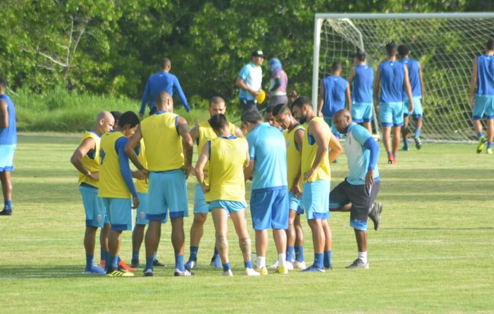Argel conversa com os jogadores antes do coletivo — Foto: Augusto Oliveira/CSA