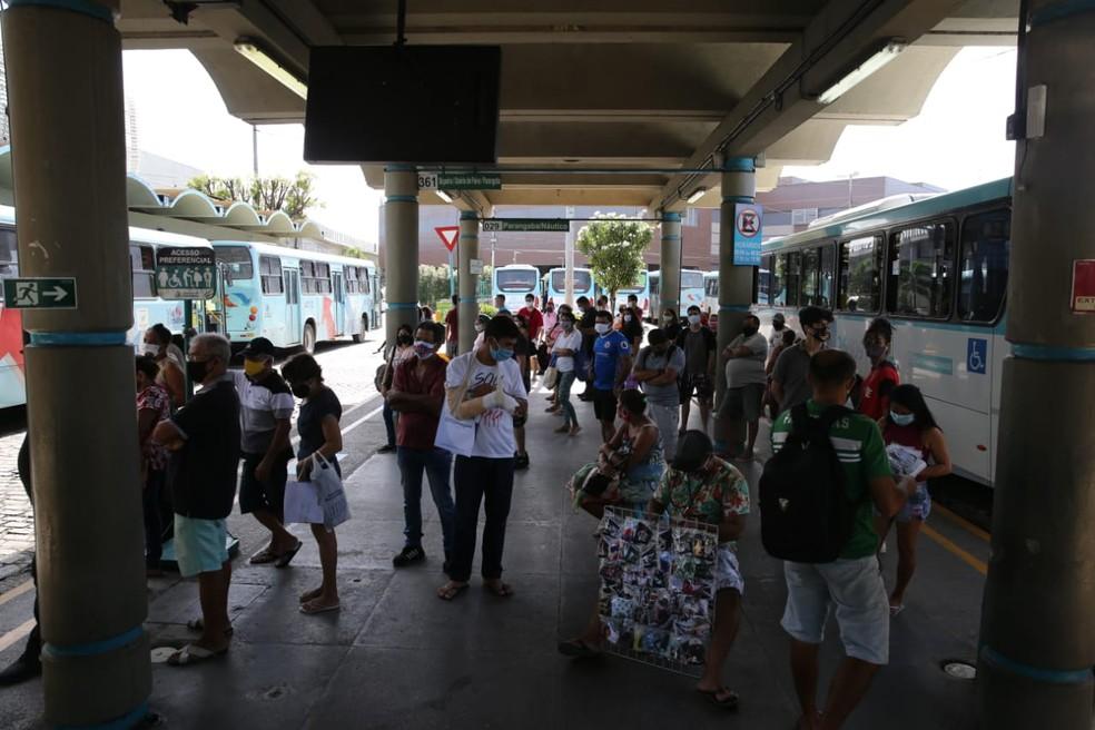 No Terminal da Parangaba, passageiros aguardam ônibus aglomerados  — Foto: Helene Santos/Sistema Verdes Mares