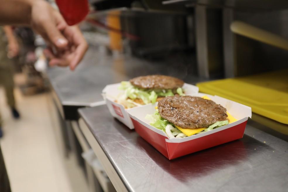 Montagem do Big Mac (Foto: Fábio Tito/G1)