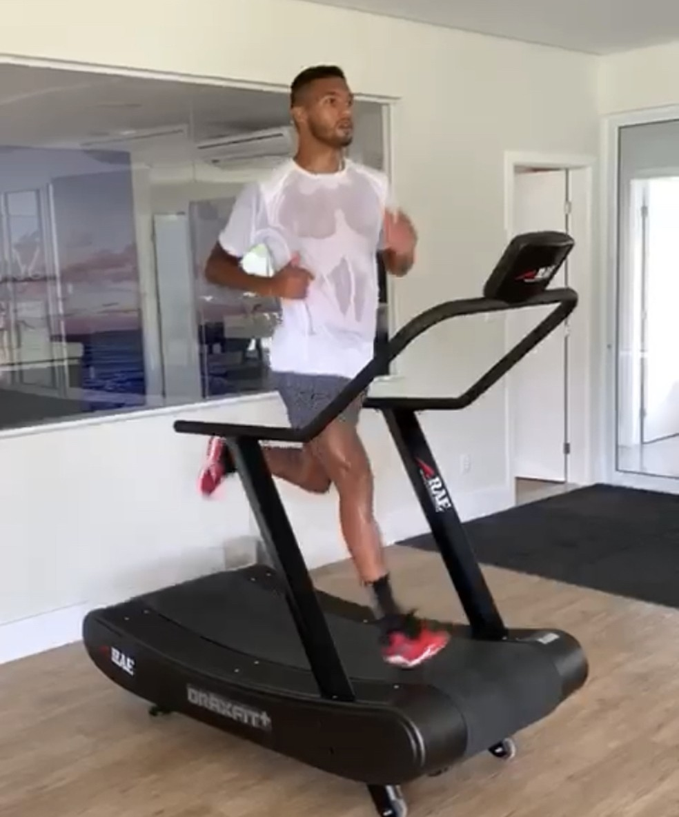 Felipe Garcia treina em casa para manter a forma física — Foto: Divulgação / EC Vitória