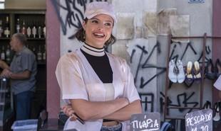 Na segunda-feira, (14), Josiane (Agatha Moreira) surtará depois de ser chamada de boleira e irá atirar bolo nos clientes | Reprodução