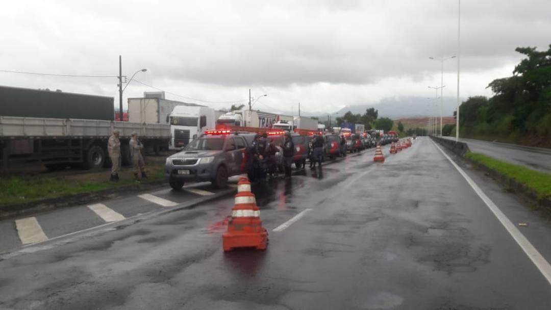 Polícia Militar e PRF fazem vistorias em ponto de manifestação na BR-262, em Viana, no Espírito Santo.