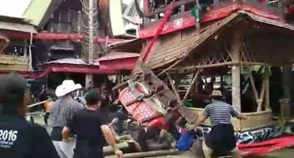Imagem mostra momento em que caixão caiu de uma torre funerária (Foto: Reprodução/Suara Kalimantan)