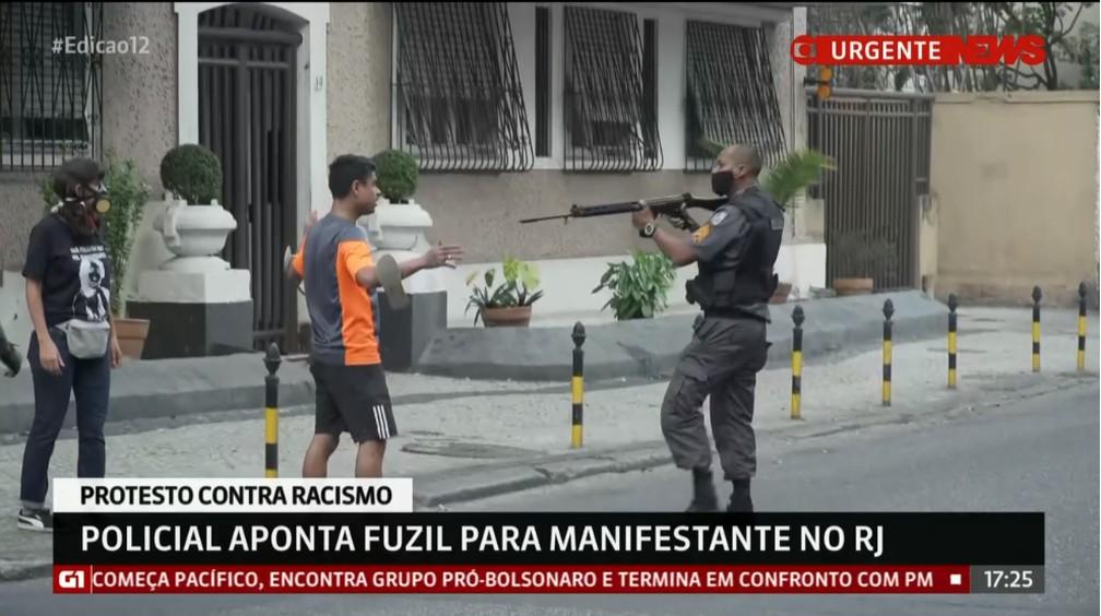 Policial aponta fuzil em direção a um homem no protesto Vidas Negras Importam, no Rio — Foto: Reprodução/GloboNews