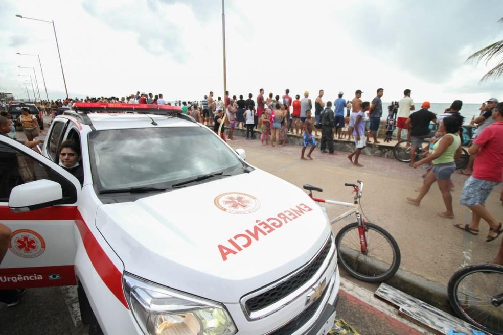 Ambulâncias, carros de bombeiros e da polícia foram enviados ao local do acidente com Globocop, nesta terça-feira (23), no Recife  (Foto: Marlon Costa/Pernambuco Press)