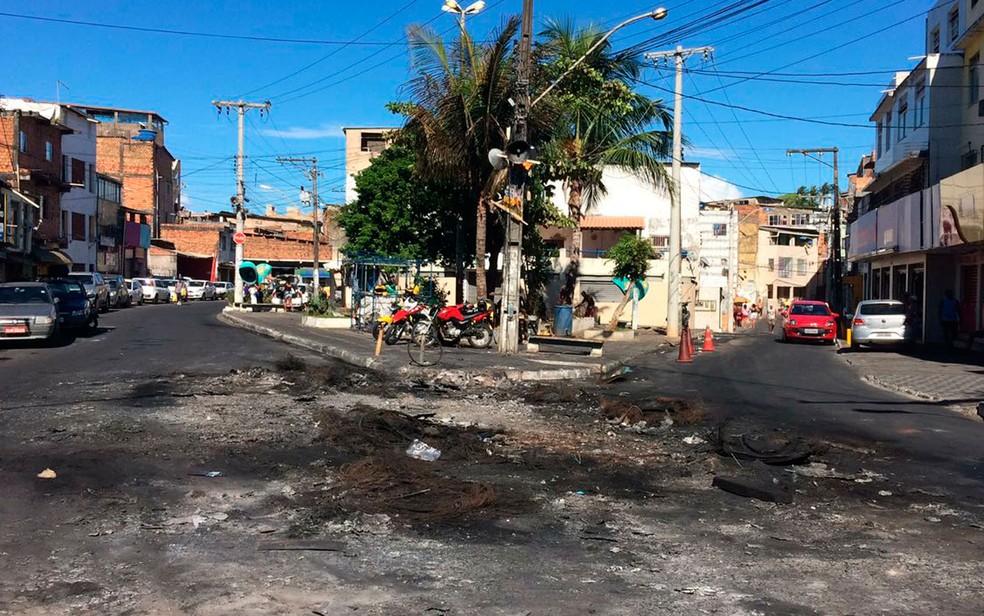 Marcas do ataque a ônibus no Vale das Pedrinhas (Foto: Ramon Ferraz/TV Bahia)
