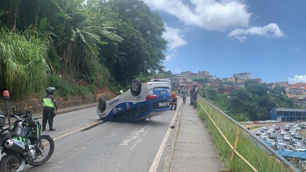 Viatura capotou na Rua Odilon Dórea, no bairro de Brotas,  em Salvador — Foto: Giana Mattiazzi/TV Bahia