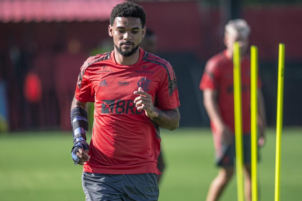 Bruno Viana treina no CT do Flamengo com proteção no braço direito — Foto: Marcelo Cortes/Flamengo