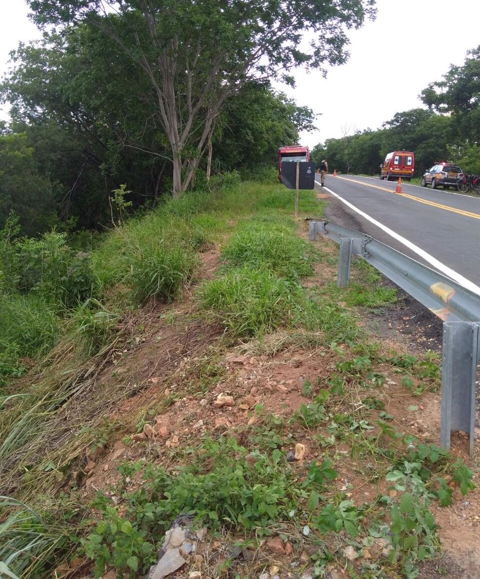 Veículo caiu no rio pela lateral da rodovia porque não há marcas de choque na estrutura de proteção da ponte, segundo os bombeiros (Foto: Corpo de Bombeiros/Divulgação)