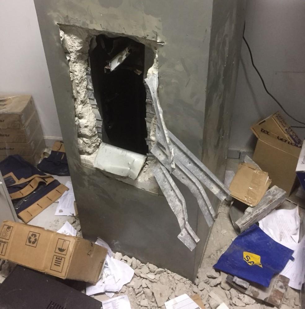 Os assaltantes arrombaram dois cofres da tesouraria, pegaram o dinheiro e fugiram (Foto: Polícia Militar de MT/Divulgação)