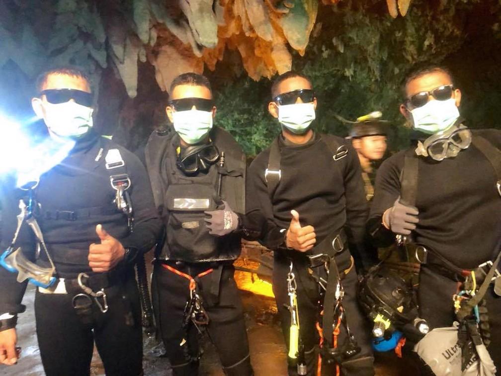 Foto divulgada pela Marinha da Tailândia mostra os 4 últimos mergulhadores fazendo sinal de positivo após a missão cumprida (Foto: Royal Thai Navy/AFP)