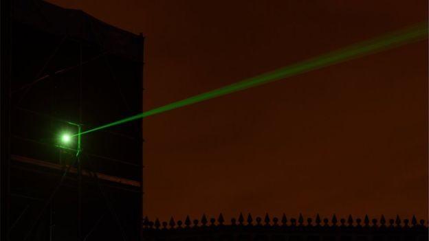 Um dos mais poderosos lasers do mundo chega a 1 trilhão de watts (Foto: Getty Images via BBC)