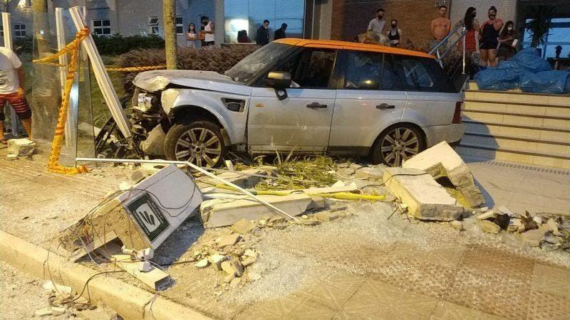 Motorista de carro de luxo que atropelou família em Florianópolis usou documento falso, diz polícia