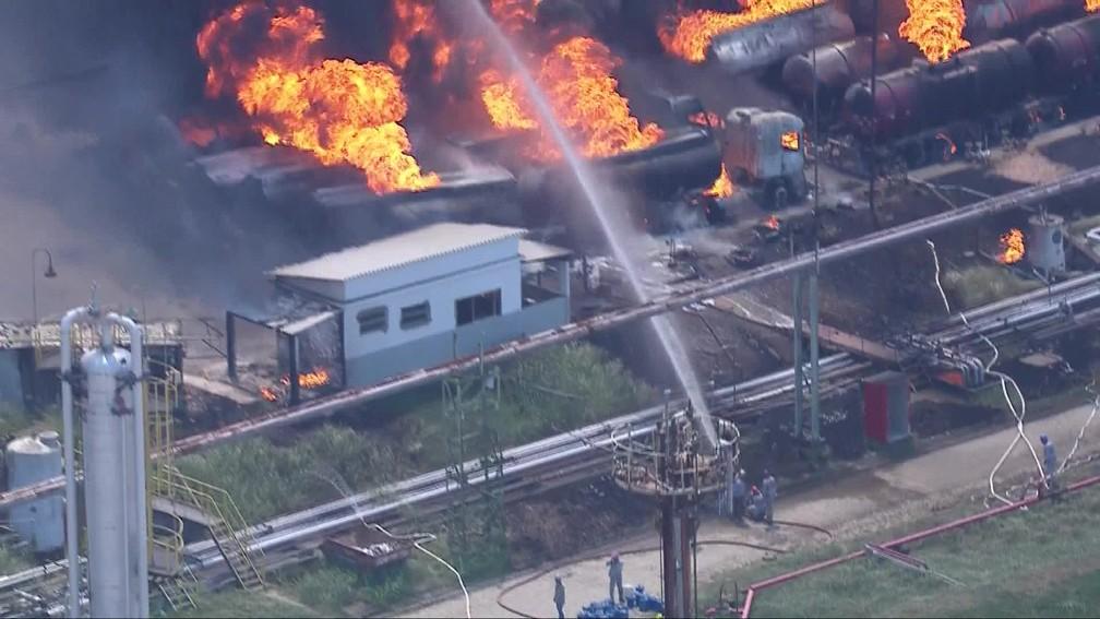 Bombeiros tentam combater as chamas em Manguinhos — Foto: Reprodução/TV Globo