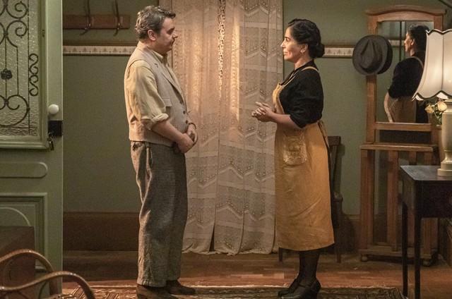 Gloria Pires e Cassio Gabus Mendes em cena como Lola e Afonso em 'Éramos seis' (Foto: Paulo Belote/TV Globo)