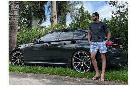 """Rodolffo, do camarote do """"BBB"""" 21, posa ao lado de seu carro: uma BMW. O carro esportivo é avaliado em mais de R$ 300 mil Reprodução"""