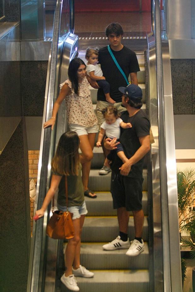 Bruno Gissoni passeia no shopping com a filha Madalena, com o rimão Felipe Simas, sua cunhada, Mariana Uhlmann, e sobrinha, Maria Simas (Foto: AgNews)