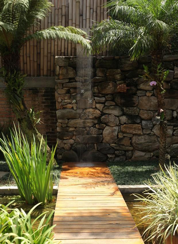 Em vez de piscina, a arquiteta Flavia Petrossi preferiu aproveitar a área externa com área gourmet, fonte, espelho d'água, chuveirão e muitas plantas (Foto: Edu Castello/Casa e Jardim)