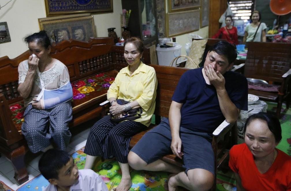 Familiares de Duangpetch Promthep, um dos jovens que ficaram presos em caverna na Tailândia, assistem à primeira aparição do grupo pela TV (Foto: Sakchai Lalit/AP Photo)