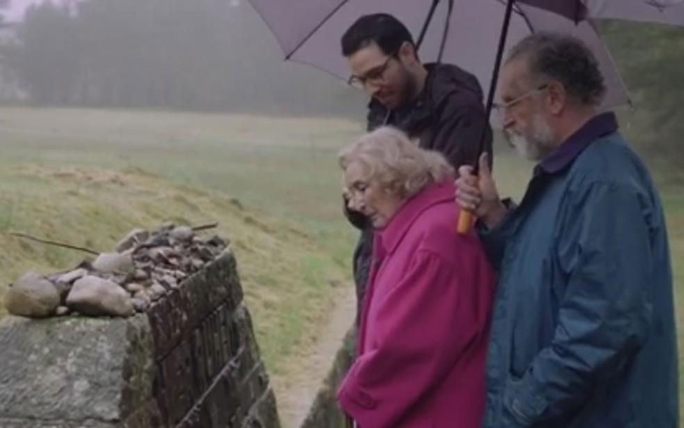 -  O retorno de uma sobrevivente do Holocausto ao campo de concentração de onde foi libertada ao fim da 2ª Guerra  Foto: Reprodução/BBC