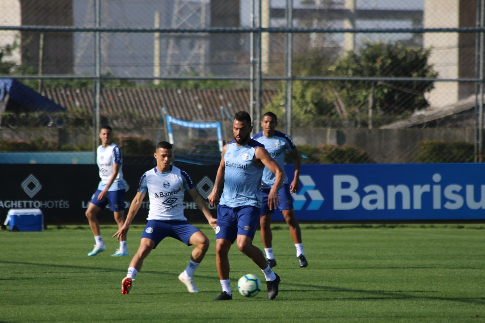 Maicon e Darlan em treino do Grêmio — Foto: Eduardo Moura