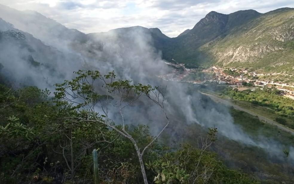 Incêndio atinge serra da Cachoeira do Anibal, no norte da Bahia — Foto: 9º Grupamento de Bombeiros de Juazeiro