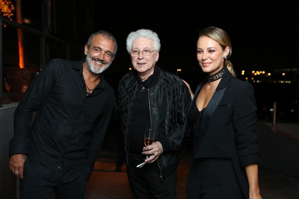 O diretor artístico Rogério Gomes ao lado do autor Aguinaldo Silva, e Paola Oliveira — Foto: Isabella Pinheiro/Gshow