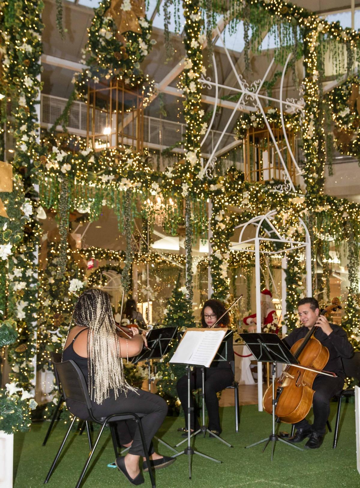 Concerto com orquestra, coral e tenor inaugura decoração de Natal do shopping de Mogi das Cruzes