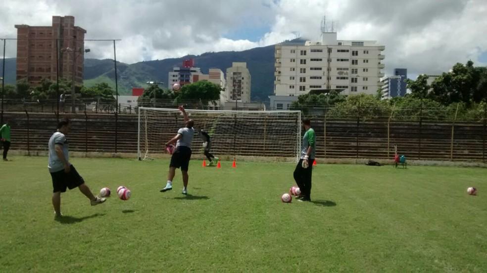 Equipe treina no Estádio Mamudão, em Valadares (Foto: Democrata/Divulgação)