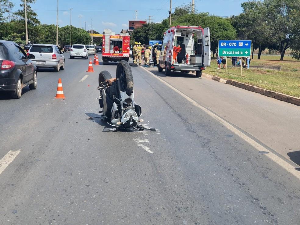 Motocicleta ficou com as rodas para cima após acidente na Epia Sul, no DF — Foto: Corpo de Bombeiros do DF/ Divulgação